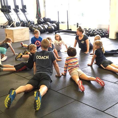 Raphi beim Dehnen mit Kindern, Kreis am Boden