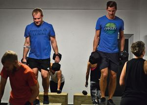 Workout Gruppe bei der Arbeit, Fokus auf Männer bei Heavy Weight Box Step