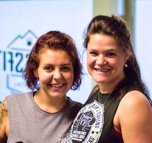 Portraitaufnahme von zwei jungen Damen, die über Crossfit als Freundinnen zusammengefunden haben