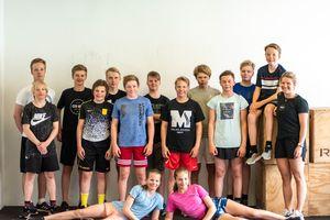 Gruppenbild einer Schulklasse im Trainingsraum © Crossfit Zillertal