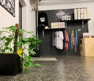 Shop mit T-Shirts, Hoodies und Foodspring-Supplements in unserer Box
