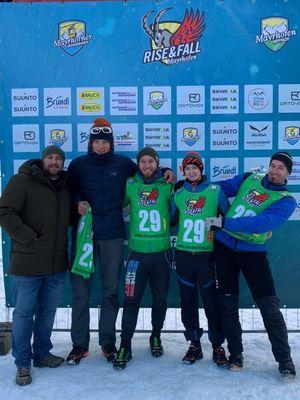 Team Autohaus Mayrhofen beim Rise and Fall 2019 mit der Sponsorentafel im Hintergrund.