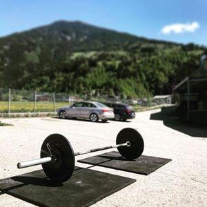 Langhantel auf dem Parkplatz des CrossFit Zillertal Geländes, bereit zum Training