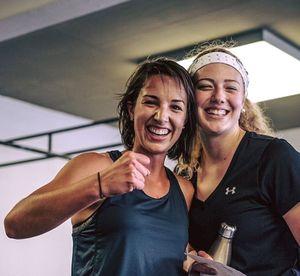 Strahlende Mädels grinsen in die Kamera nach einem anstrengenden Workout