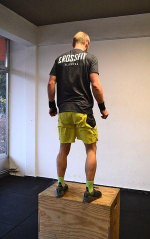 Coach Raphael stehend auf der Box nach einem Box Jump